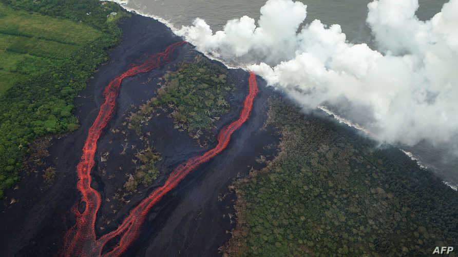 انبعاثات بخارية من المحيط الهادئ مع وصول الحمم البركانية إليه