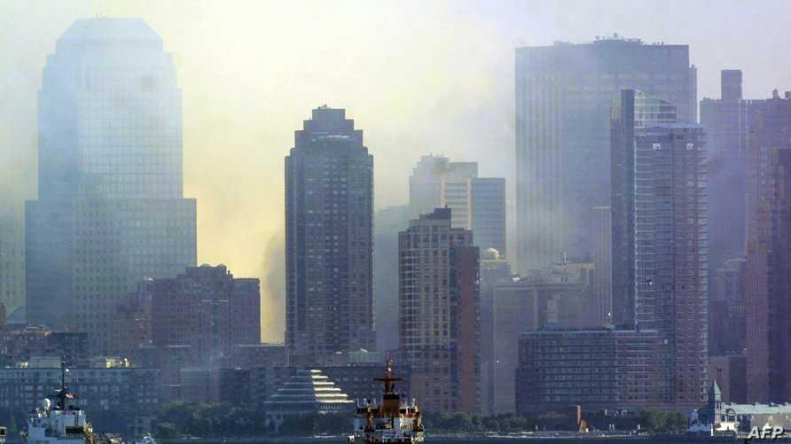 أعمدة الدخان تتصاعد من أبنية مدينة نيويورك بعد تعرضها لهجمات في أيلول/سبتمبر 2001