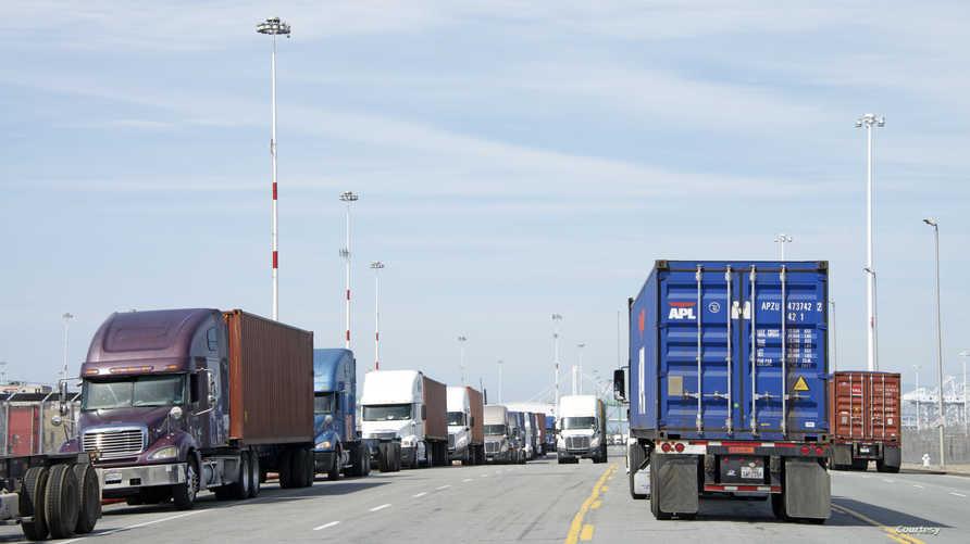 شاحنات محملة بالبضاعة تنتظر دخول ميناء أوكلاند في كاليفورنيا