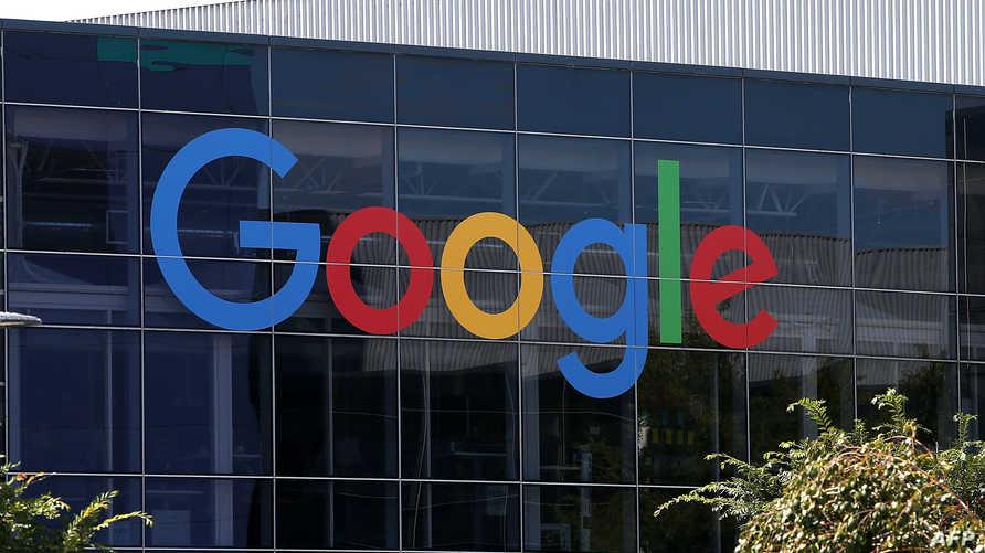 شعار غوغل أمام مقر الشركة