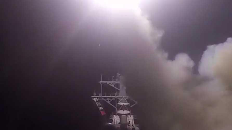 لحظة إطلاق صواريخ توماهوك على قاعدة الشعيرات في سورية