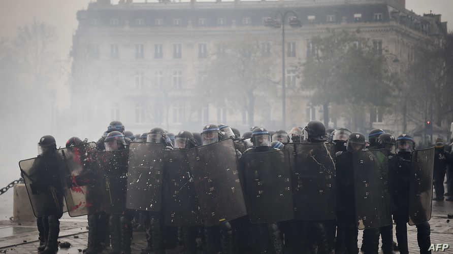 عناصر بشرطة مكافحة الشغب في العاصمة باريس السبت