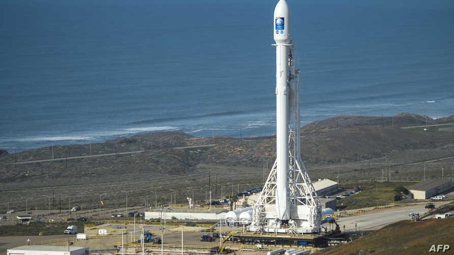 """الصاروخ القاذف """"فالكون 9"""" في قاعدة فاندنبرغ الجوية في كاليفورنيا"""