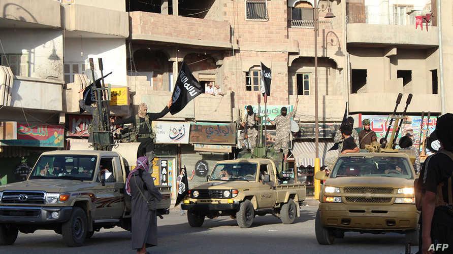 مسلحو الدولة الاسلامية في أحد شوارع الرقة السورية