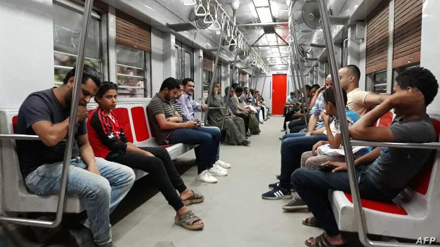 ركاب في أحد قطارات الأنفاق في القاهرة- أرشيف