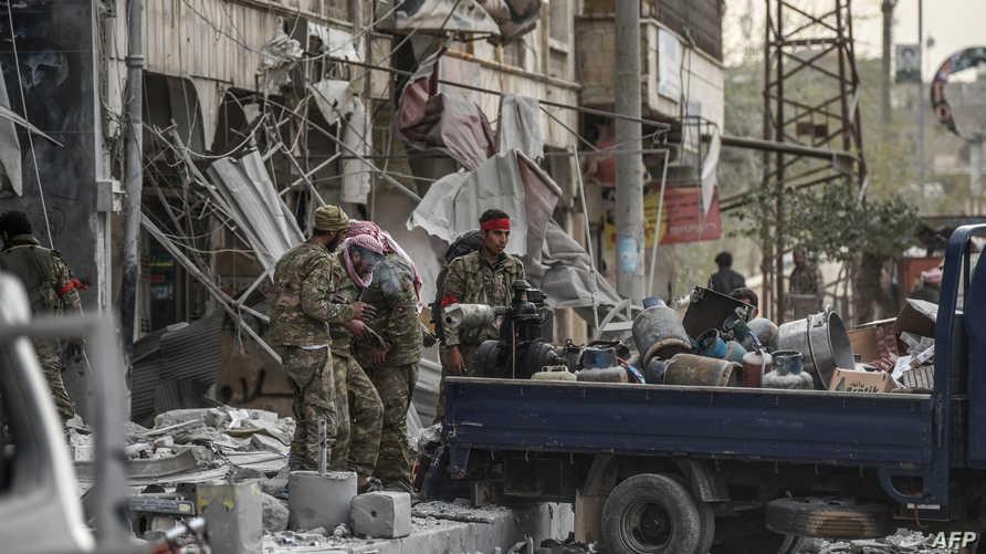 مقاتلون موالون لتركيا ينهبون محال تجارية في عفرين عقب السيطرة عليها