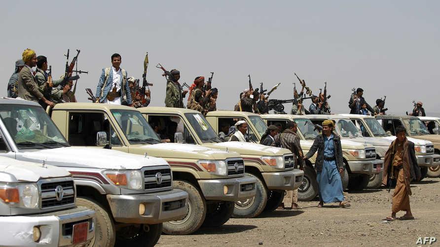 حوثيون يرفعون أسلحتهم في إحدى المناطق اليمنية