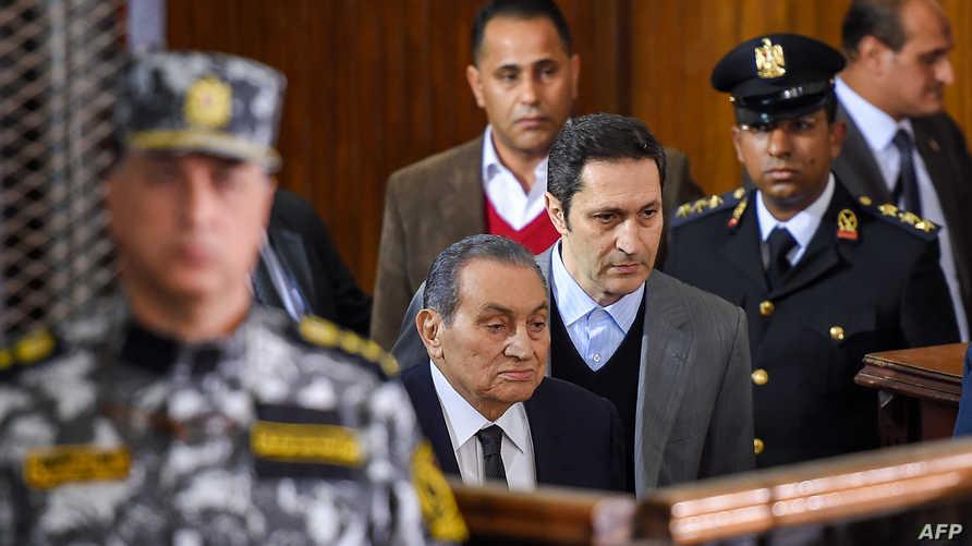 علاء مبارك خلف والده خلال جلسة في المحكمة