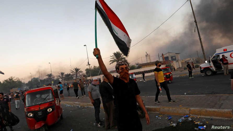 عراقي خلال مظاهرات في بغداد في الخامس من أكتوبر