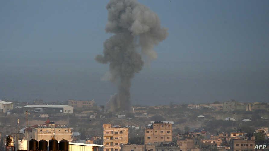الدخان يتصاعد جراء غارات إسرائيلية استهدفت مواقع لحركة حماس في غزة