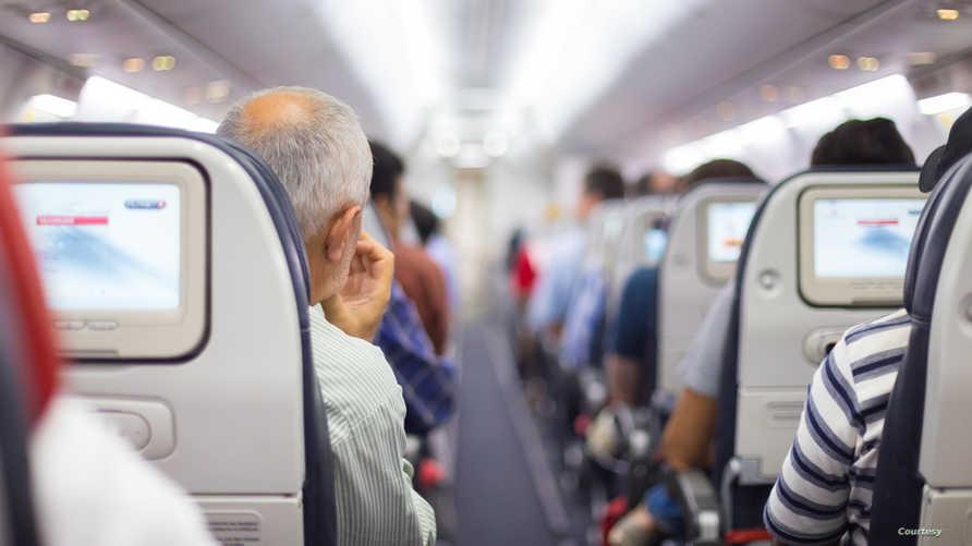 تغريم مسافر القى قطعا معدنية في محرك طائرة ظنا منه ان ذلك يجلب الحظ السعيد