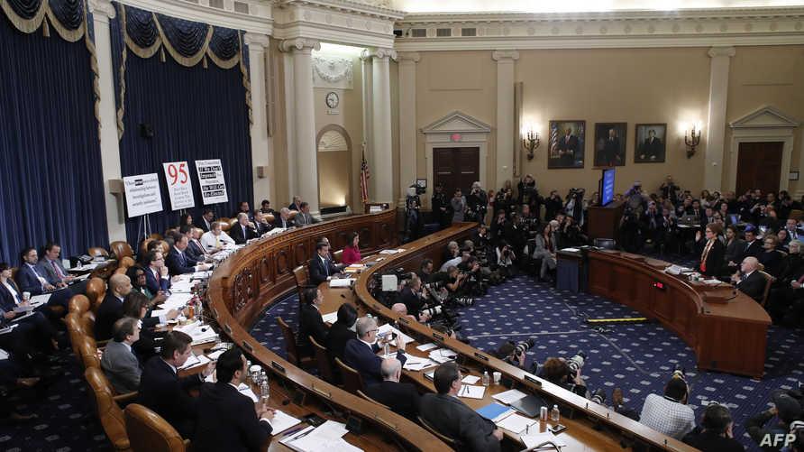خلال إحدى جلسات لجنة الاستخبارات بمجلس النواب الأميركي للاستماع للشهود في قضية اتهام الرئيس الأميركي باستخدام سلطاته