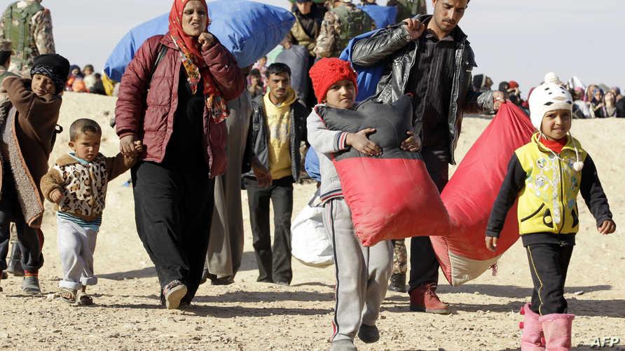 أسرة سورية لاجئة لحظة وصولها إلى مخيم الزعتري في الأردن- أرشيف