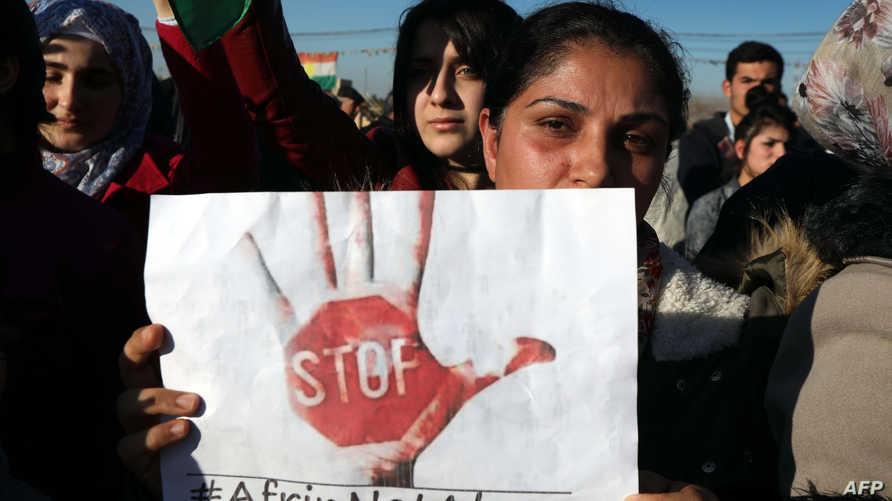 أكراد سوريون مقيمون في مدينة أربيل، خلال تحرك تضامني مع عفرين (أ ف ب)