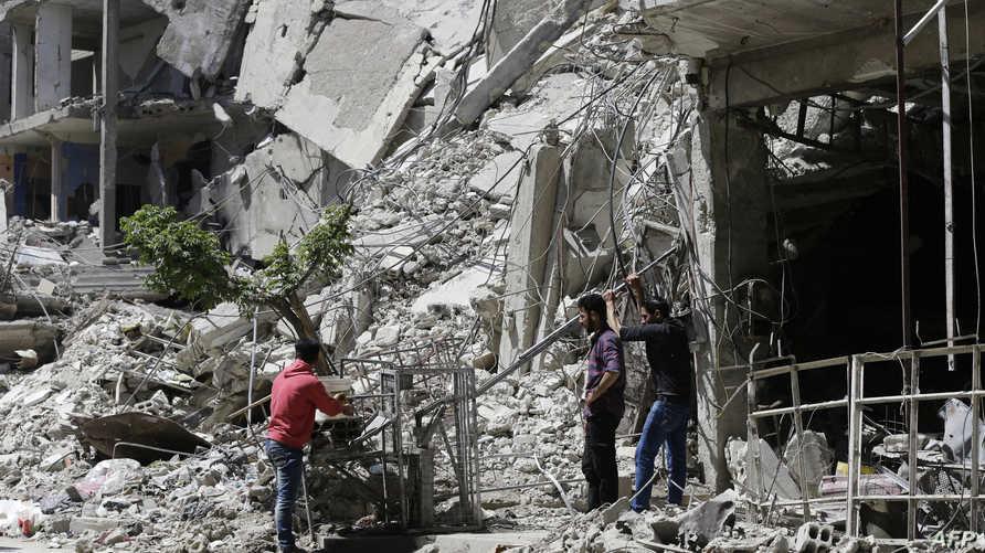 سوريون يشربون المياه من مضخة في دوما