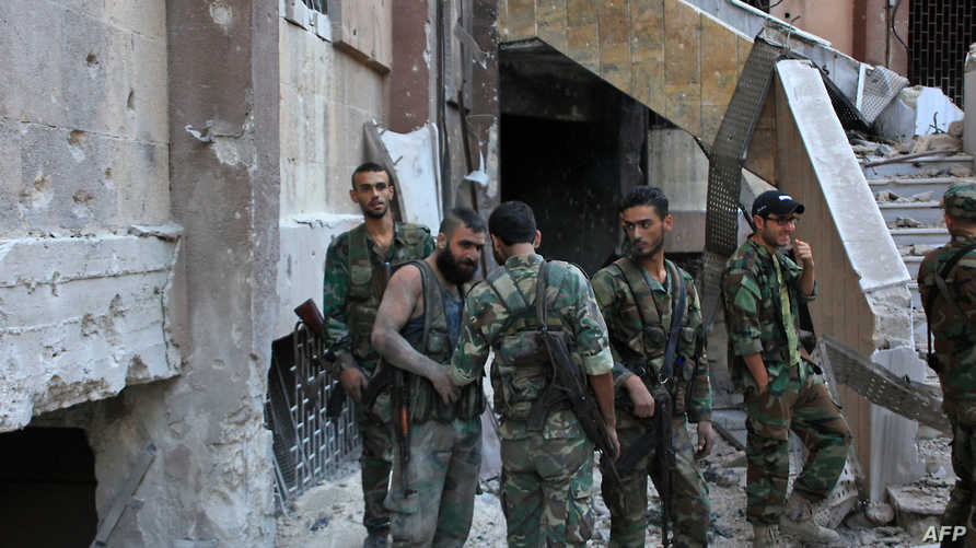 عناصر في القوات النظامية السورية في حي بستان الباشا في حلب