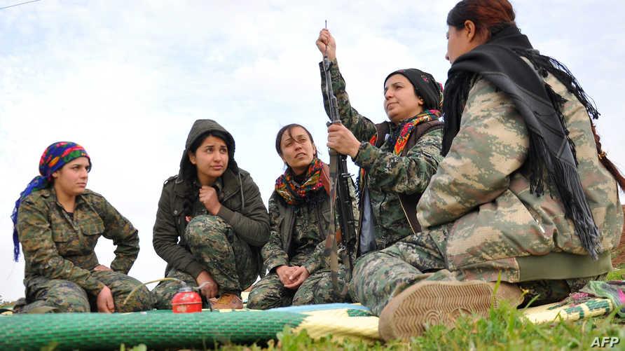 مقاتلات كرديات ينظفن السلاح في معسكر للتدريب