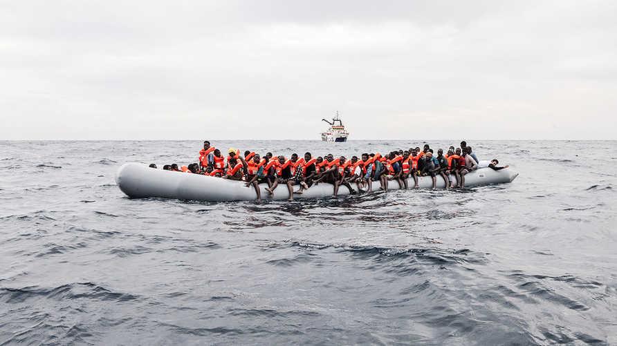 مهاجرون على متن قارب قبالة سواحل ليبيا في نوفمبر 2016. UNHCR/Giuseppe Carotenuto