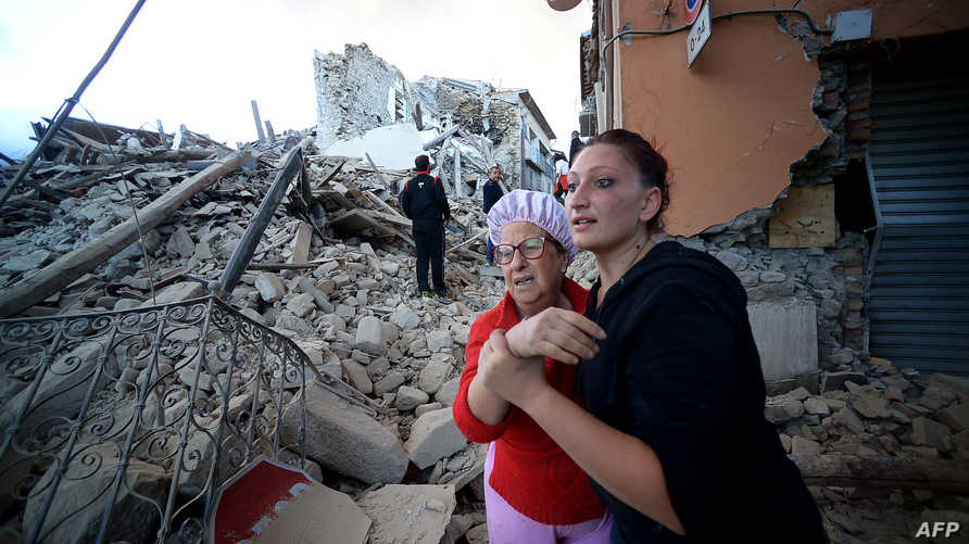 صور تظهر جانبا من الصدمة والحزن بين السكان