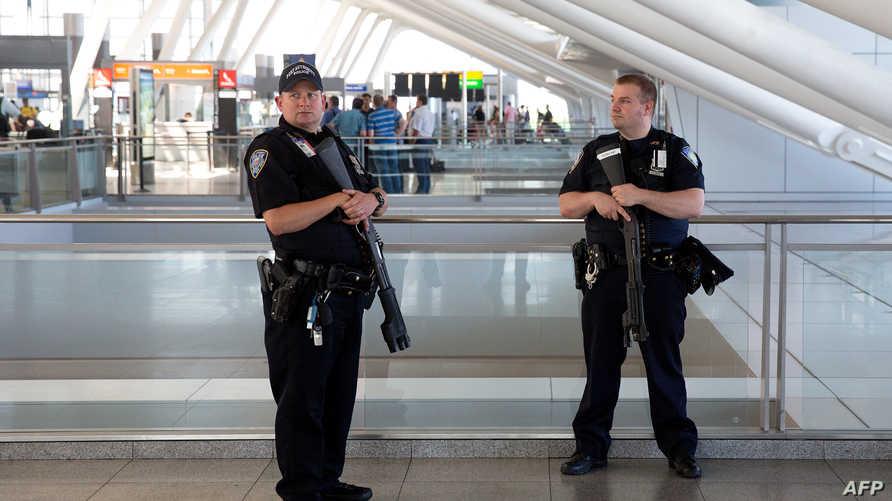 عناصر من الشرطة الأميركية في مطار نيويورك في أعقاب تفجيرات اسطنبول