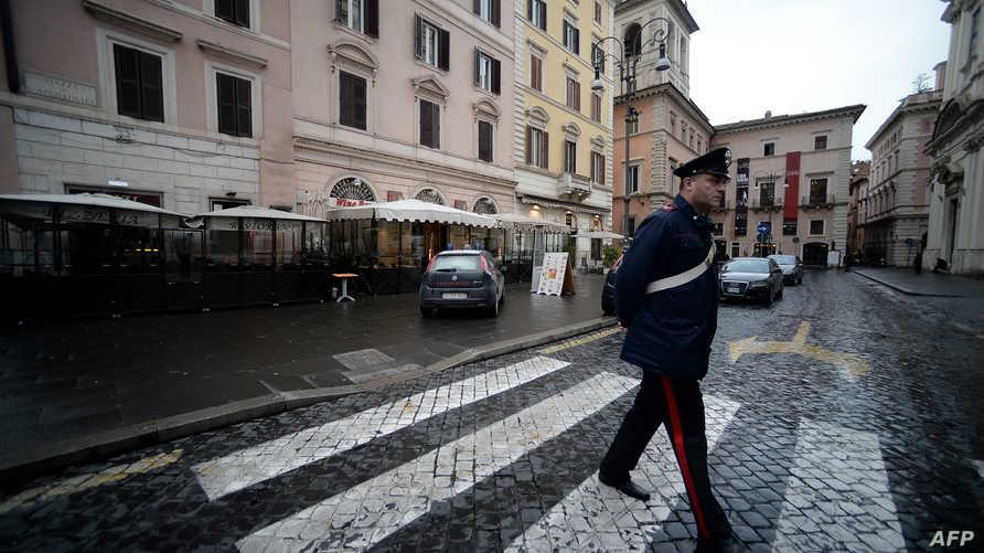 شرطي إيطالي في أحد شوارع روما