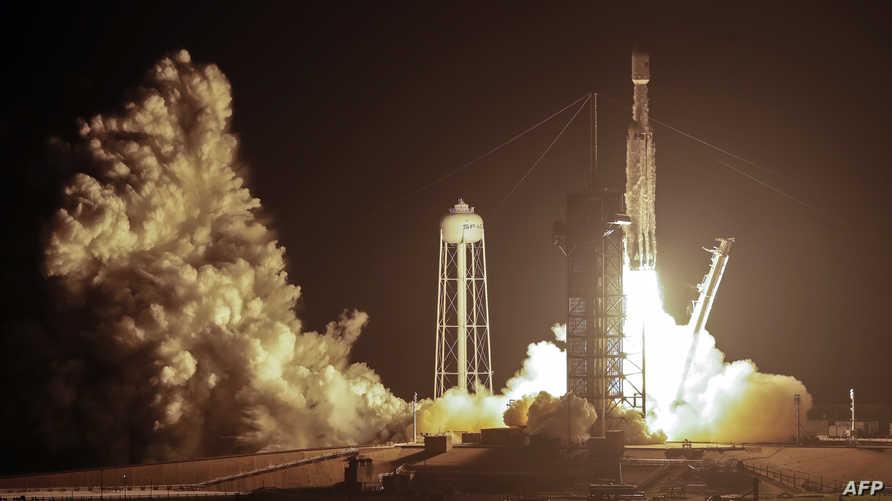 الصاروخ سبيس إكس فالكون لحظة انطلاقه