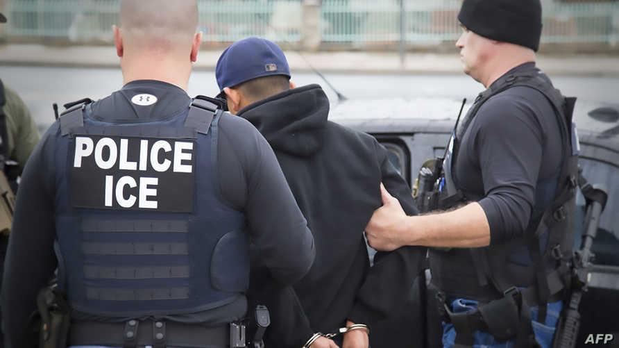 ضباط وكالة الهجرة الأميركية ينفذون عملية ترحيل