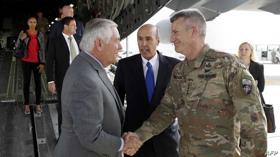 قائد القوات الأميركية في أفغانستان الجنرال جون نيكولسون يستقبل وزير الخارجية ريكس تيلرسون في قاعدة باغرام قرب كابل