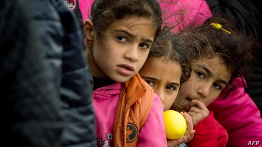 أطفال لاجئون على الحدود المقدونية - اليونانية