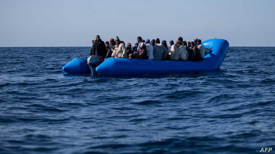 مهاجرون أفارقة على متن قارب مطاطي قبالة ليبيا