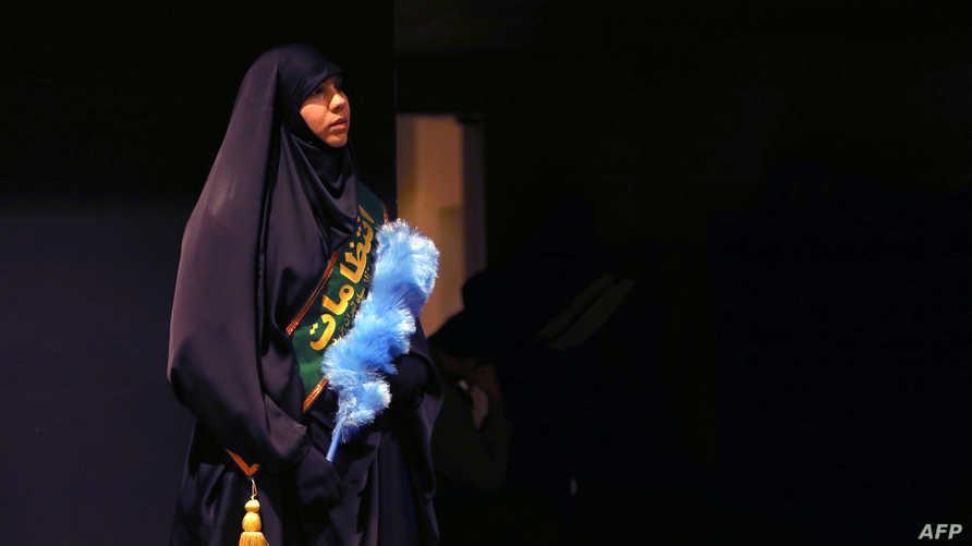سيدة إيرانية من الباسيج خلال احتفال بمناسبة أسبوع الباسيج