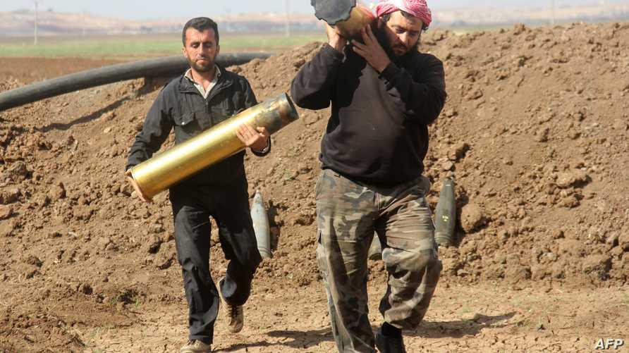مقاتلان من المعارضة في حلب