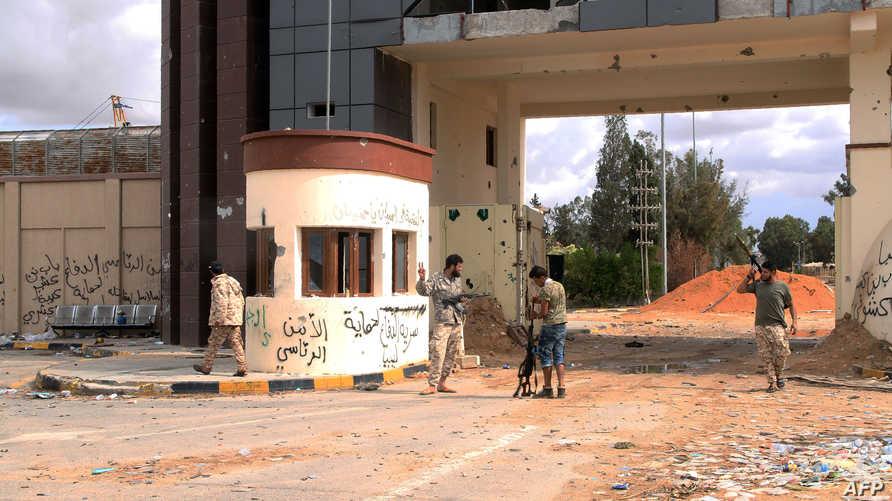 مقاتلون تابعون لحكومة الوفاق الليبية جنوبي العاصمة طرابلس