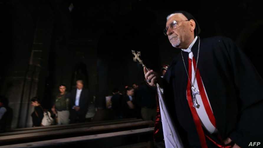 رجل دين مسيحي في كنيسة بمدينة برطلة العراقية