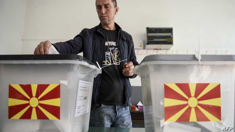 ناخب مقدوني يدلي بصوته في الاستفتاء حول تغيير اسم البلاد