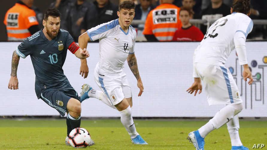 ميسي يناور بالكرة في مباراة الأرجنتين والأوروغواي الاثنين