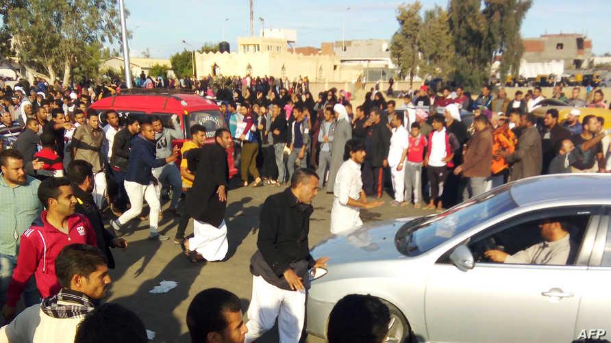 عدد من أهالي قرية الروضة تجمعوا في مكان المسجد بعد وقوع الهجوم