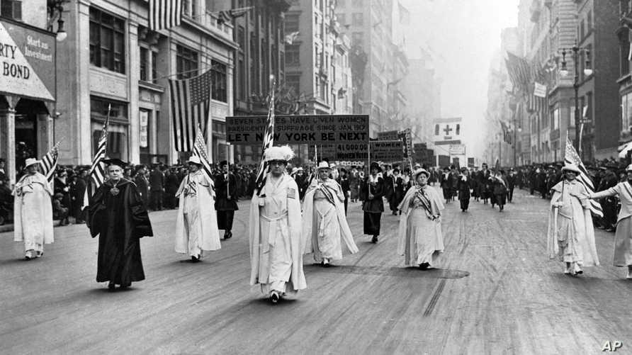 جانب من مظاهرة في نيويورك عام 1915 شاركت فيها حوالي 20 ألف امراة للمطالبة بحقهن في التصويت