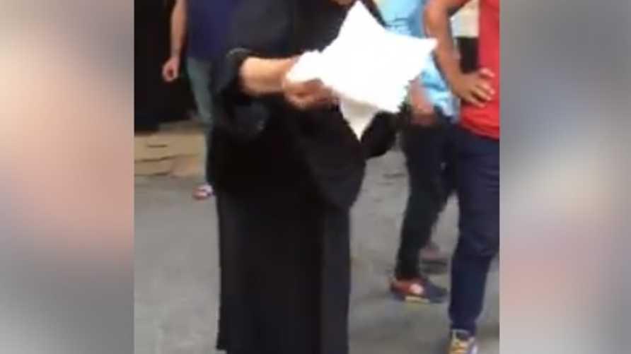 سيدة عراقية توزع المناديل الورقية مجانا على المتظاهرين في بغداد