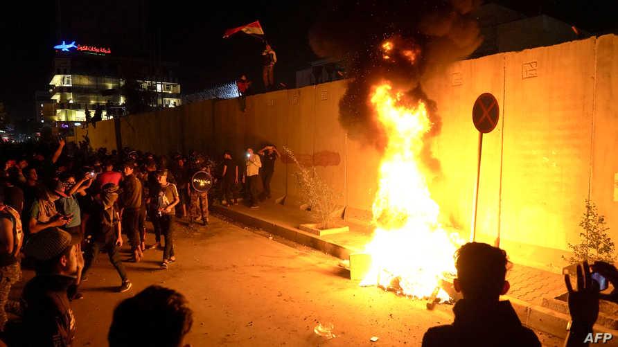 متظاهرون عراقيون يشعلون النار بأسوار القنصلية الإيرانية في كربلاء