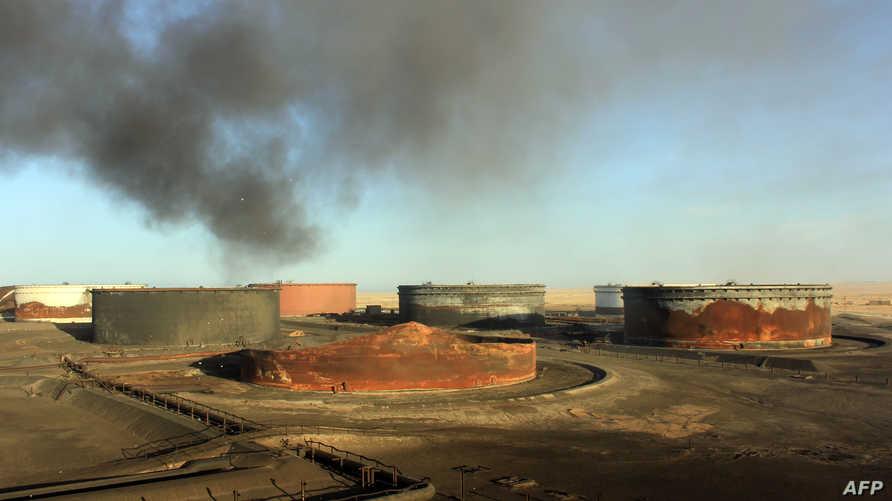 أعمدة الدخان تتصاعد عقب استهداف خزان نفط في منطقة السدرة قرب راس لانوف في الثامن من يناير 2016