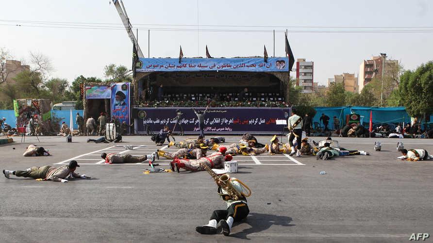 جنود إيرانيين جرحى نتيجة للهجوم الذي تعرض له العرض العسكري في الأحواز