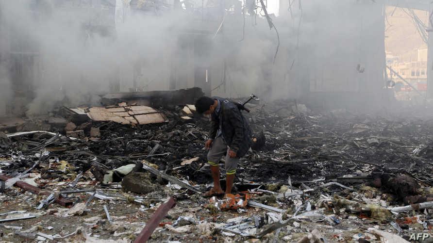 يمني في موقع مجلس العزاء الذي استهدفته الغارات الجوية في صنعاء