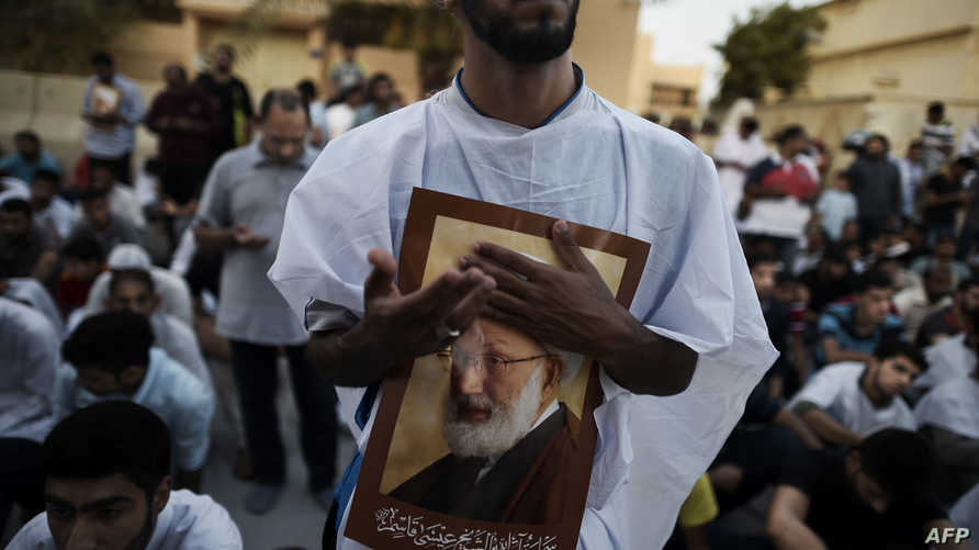 متظاهرون ضد القرار قرب منزل المرجع الشيعي عيسى أحمد قاسم، غرب المنامة، 20 حزيران/يونيو.
