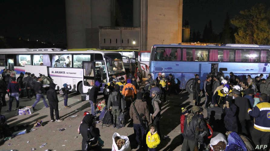 مدنيون ومقاتلون في فصائل المعارضة قبيل مغادرتهم الغوطة الشرقية