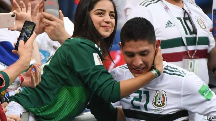 مدافع المكسيك ألفاريز يتلفى التهنئة من مشجعة