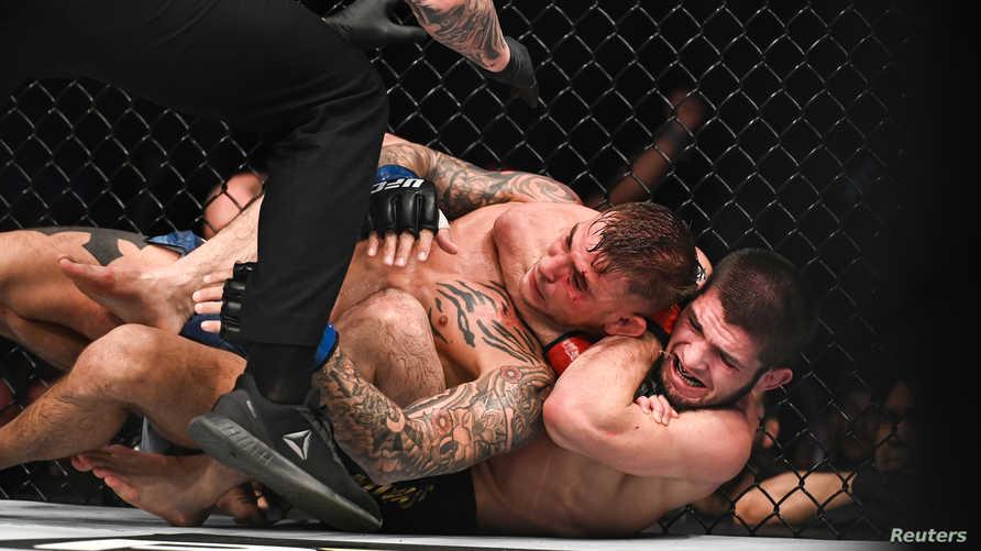 نورمحمدوف يحكم ذراعه على رقبة منافسه بوارييه الذي لم يجد أمامه سوى الاستسلام