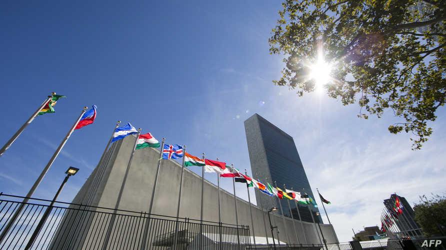 أعلام الدول الأعضاء في الأمم المتحدة ترفرف خارج مقر المنظمة الدولية في نيويورك