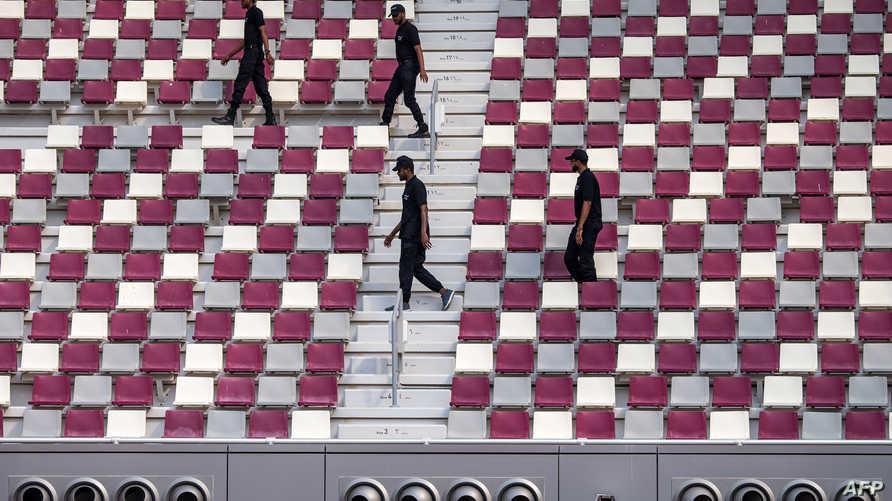 عناصر أمن في استاد خليفة الدولي في قطر
