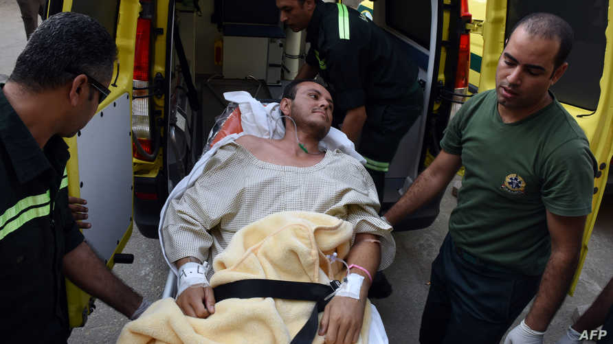 أحد السياح المكسيكيين في مصر لدى نقله بسيارة إسعاف